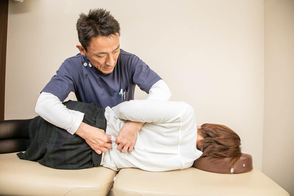 腰部の施術の様子