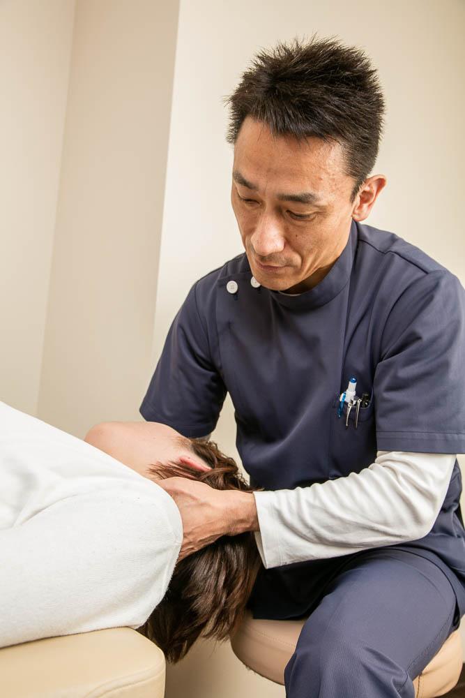 頚部の施術にこだわる様子の写真