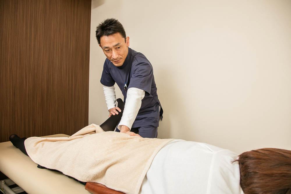 股関節の施術の様子