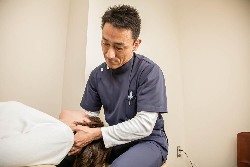 頚部の痛みに対しての施術の様子