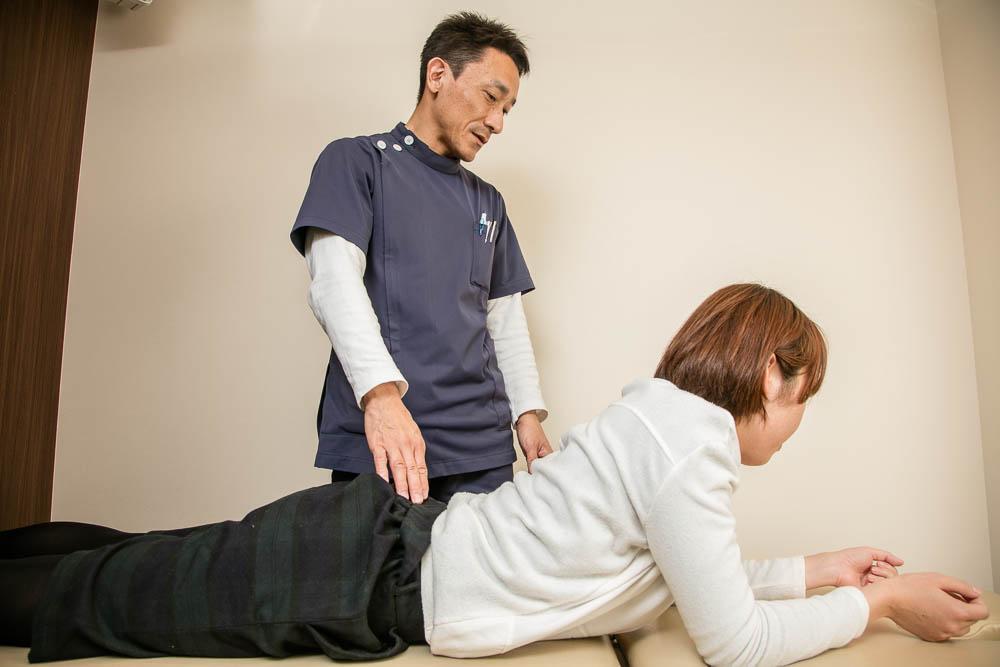 腰椎を軽度伸展させる様子