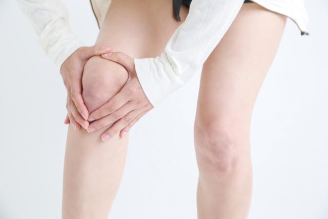 膝を痛めた女性の足